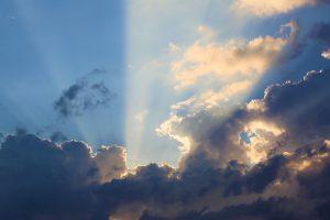 Da geht mir doch ein Licht auf! Am 8. Dezember feiert man in Japan die Erleuchtung des Buddhas. Der buddhistische Mönch Thich Nhat Hanh sieht in der Taufe Jesu ein Zeichen dafür, dass auch Jesus erleuchtet sei. Denn der Himmel öffnete sich und der Heilige Geist stieg in Taubengestalt zu Jesus herab. Die Taufe Jesu wird im Christentum entweder als eigenes Fest oder zumindest als Gottesdienstmittelpunkt behandelt.