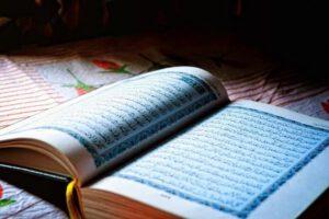 Der Koran ist die heilige Schrift der Muslim*innen. Er wurde dem Propheten Muhammad in mehreren Offenbarungen verkündet und schließlich aufgeschrieben. Seine Kapitel heißen Suren und sind in einer sehr kunstvollen Sprache abgefasst. Weil der Koran auf Arabisch offenbart wurde, ist nur der arabische Koran tatsächlich Gottes Wort. Deshalb, und, weil auch die beste Übersetzung einer Sprache in eine andere bereits Interpretation ist und die Bedeutung der Worte verändert, ist nur der arabische Koran wirklich der Koran. In jeder anderen Sprache ist nur seine ungefähre Bedeutung wiedergegeben.