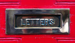 Wusstest du, dass der Nikolaus eine echte Adresse hat? Schickt man bis zum 16. Dezember einen Brief an Santa Claus, North Pole H0H 0H0, Canada, so bekommt man auch eine Antwort – und das in bis zu 30 Sprachen inklusive Blindenschrift. Und der Brief braucht nicht einmal Briefmarken.