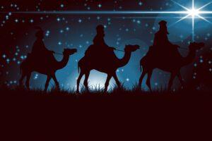 In Spanien und in Lateinamerika bekommen die Kinder am 6. Januar von den Heiligen Drei Königen Geschenke. Sie füllen Stroh in ihre Schuhe, damit die Kamele der Könige nach der langen Reise etwas zu fressen haben. Dafür bekommen sie Süßigkeiten und Gaben. Wer unartig war, findet allerdings nur Kohlestücke.