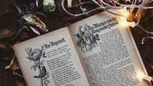 Zauberer, Geister, übernatürliche Erscheinungen: Elemente aus Märchen oder Spukgeschichten und – der Bibel. Diesen Monat beschäftigen wir uns damit, ob der kritische Vergleich der Bibel mit solchen literarischen Gattungen gerechtfertigt ist.