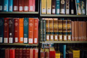 """Die Bibel war lange """"zentral für die europäische Textkultur""""  – als Buch, für den Umgang mit Büchern und als Lektüre. Im Laufe der Geschichte hat sich die Lektüre und Rezeption der Bibel immer wieder geändert. Wie ist heute der Umgang mit der Bibel in der literaturwissenschaftlichen Forschung geprägt?"""